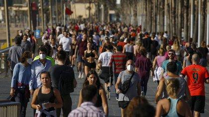 Millones de personas salieron a las calles de España este sábado para pasear y hacer deporte (AP Photo/Emilio Morenatti)