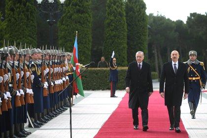 El presidente turco Tayyip Erdogan es recibido por su homólogo azerbaiyano Ilham Aliyev en Bakú (Azerbaiyán)