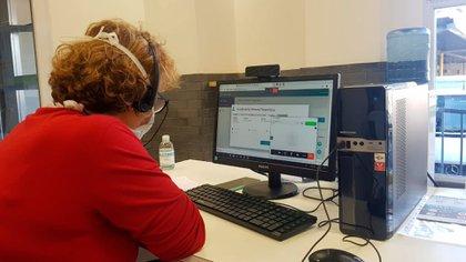 El dispositivo que utiliza el CeTeC-19 se conoce como Telemedicina Interactiva. Mediante una videollamada, permitirá a médicas y médicos capacitados realizar el seguimiento clínico de aquellas personas con COVID-19, que presenten un estado clínico leve, manejo digital y posibilidad de conexión a Internet.