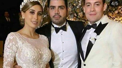 Una fotografía de Alejandrina Guzmán , su esposo Édgar Cázares y un invitado ala boda de la hija del Chapo Guzmán (Foto: Archivo/Twitter /@just_some_d00d)