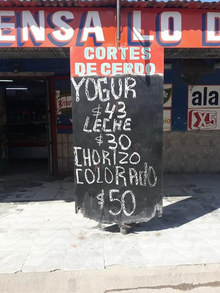 Leche a 30 pesos, yogurt a 43. Uno de los comercios que adhirió a la propuesta del delegado comunal. Muchos vecinos de otras localidades van a El Manantial a comprar.