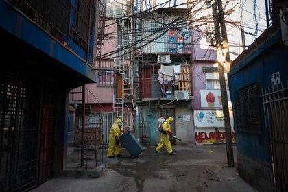 Voluntarios desinfectan el Barrio 31, en Retiro (Franco Fafasuli)