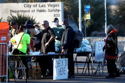 Personas sin hogar entran a un centro de recepción temporario al aire libre en Las Vegas (Reuters/ Steve Marcus)