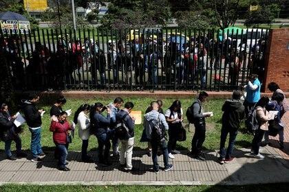 Foto de archivo. Personas hacen fila para presentar sus hojas de vida y buscar oportunidades de empleo en Bogotá, Colombia, 31 de mayo, 2019. REUTERS/Luisa González