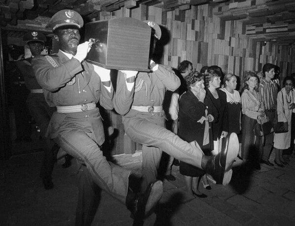 La foto de la Agencia Nacional de Información Cubana, del 17 de octubre de 1997, muestraa los soldados llevando el ataúd deErnesto Guevaraal mauseolo en Santa Clara, Cuba,construido para él y los seis camaradasmuertos en Bolivia en 1967 (AFP PHOTO)