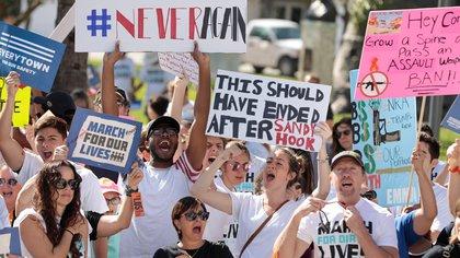 Estudiantes reclaman por el control de armas (REUTERS/Javier Galeano/File Photo)