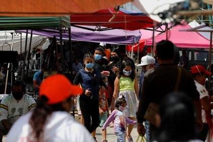 Personas caminan por el tianguis El Salado en la alcaldía Iztapalapa durante la reapertura esta semana de comercio ambulante Foto: (REUTERS/Carlos Jasso)
