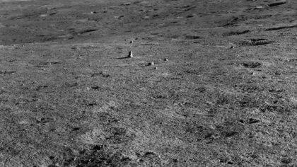 """Esta foto tomada por el vehículo lunar chino Yutu 2 muestra la roca alargada """"hito"""" en la superficie lunar. (Imagen: © CNSA)"""