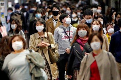 Personas con máscaras protectoras caminan en la calle, en medio del brote de la enfermedad del coronavirus (COVID-19), en Tokio, Japón, el 19 de noviembre de 2020. REUTERS/Issei Kato