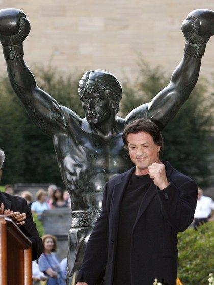 """Sylvester Stallone posa con la estatua de """"Rocky"""" frente al Museo de Arte de Filadelfia en septiembre de 2006 (Reuters)"""