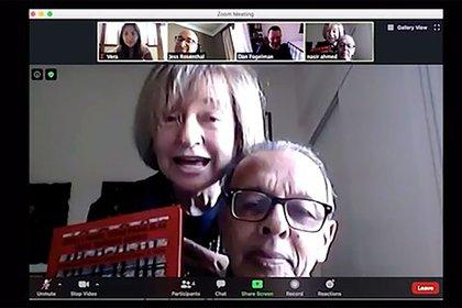 Al final del octavo episodio se muestra esta foto y se cuenta que algunos guionistas de This Is Us y el mismo Dan Fogelman (el creador) tuvieron una conversación por Zoom con Nasir y Esther, quienes aparecen en la foto