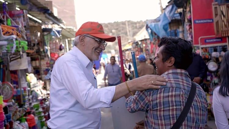 Carlos Mesa, segundo en las encuestas. Hizo campaña esta semana en el mercado La Cancha de Cochabamba