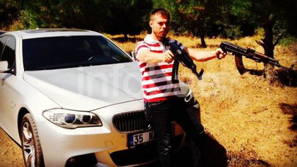 Kurtulus, en otra foto de sus redes sociales: estilo Kalashnikov.