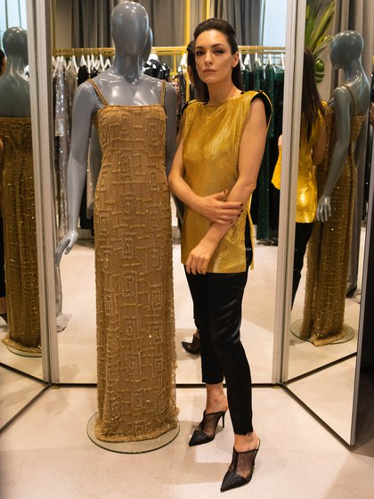 María Gorof junto a su diseño que propuso para Navidad realizado en tul francés