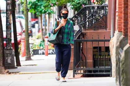 Katie Holmes caminó por las calles de la ciudad de Nueva York y luego realizó compras. La actriz lució un outfit muy casual: camisa a cuadros, un cómodo pantalón y ojotas. Pasó inadvertida con los anteojos de sol y el tapabocas (Foto: Backgrid/The Grosby Group)
