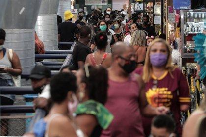 Cientos de personas deambulan este martes por el Mercadao de Madureira, el 24 de junio de 2020 en el norte de Río de Janeiro (Brasil). EFE/Antonio Lacerda