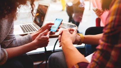 Muchos consumidores de noticias desarrollan sus propios mecanismos de verificación. (Shutterstock)