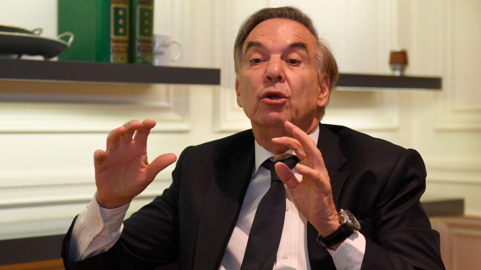 Miguel Ángel Pichetto gesticula durante una entrevista con Infobae (Foto: Maximiliano Luna)