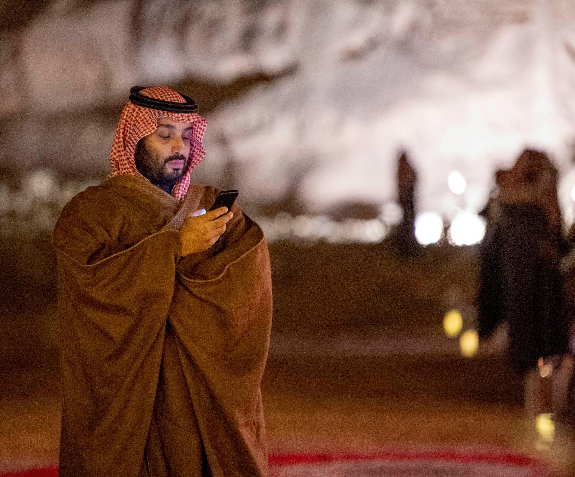 El príncipe heredero de Arabia Saudita, Mohammed Bin Salman, usa su teléfono durante una reunión con el primer ministro de Japón, Shinzo Abe, en Riad (Reuters)