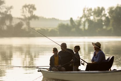 Cada vez más abuelos se toman unas buenas vacaciones con sus nietos, dejando a la generación del medio atrás (Shutterstock)