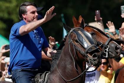 Bolsonaro montó a caballo durante una reunión con partidarios en medio del brote de la enfermedad por coronavirus el domingo 31 de mayo (REUTERS/Ueslei Marcelino)