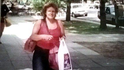 """Cuando perdió su trabajo de empleada doméstica, Delia comenzó a prostituirse para mantener a sus tres hijos. """"Yo soy yiro"""", le dijo una vecina en el tren, y la invitó a un mundo que ahora considera un infierno."""
