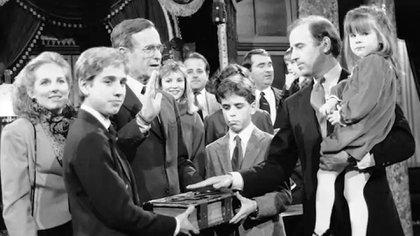 FOTO DE ARCHIVO: El entonces senador Joe Biden sostiene a su hija Ashley mientras toma juramento con el vicepresidente George H.W. Bush el 3 de enero de 1985. (Lana Harris/AP)