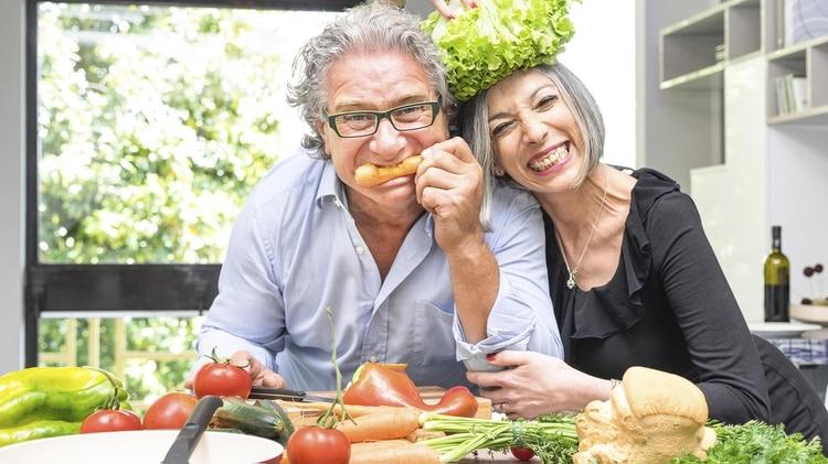 Una buena alimentación pasados los 50 años ayuda a prevenir enfermedades (Shutterstock)