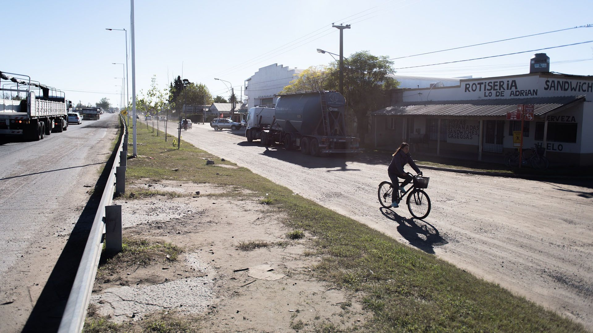 La colectora 9 de julio de un lado y la Ruta 3 del otro. Se unen pocas cuadras hacia el norte. En la esquina sucedió el impacto, casi a la misma altura del camión. La calle es de ripio y ahí suelen estacionar lostransportistas que conduces camiones de cargas para descansar porquetienen iluminación y seguridad
