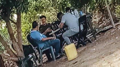 Alias Romaña sosteniendo una conversación en territorio venezolano. Foto: Suministrada por una fuente del Gobierno a Semana