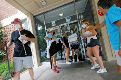 Family members assist students complying with a requirement by the University of North Carolina to move out of campus housing due to the coronavirus disease (COVID-19) outbreak in Chapel Hill, North Carolina, U.S. August 30, 2020. REUTERS/Jonathan Drake