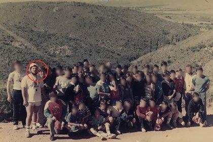 Con rojo, el docente abusador. Atrás, Sebastián. Es la foto que tomaron durante ese viaje a Córdoba.