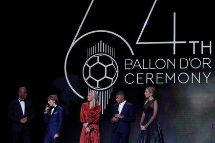 Didier Drogba y Sandy Heribert junto a los ganadores del 2018 Luka Moric, Ada Hegerberg y Kylian Mbappe