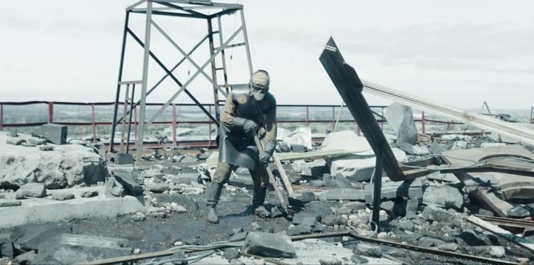 El equipo con el que descendieron era menos completo y seguro del que se muestra en Chernobyl. Tan solo un traje de neoprene; ni siquiera tenían cubiertas sus caras (HBO)