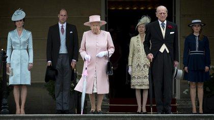 Los duques de Cambridge con Isabel II y el príncipe Felipe