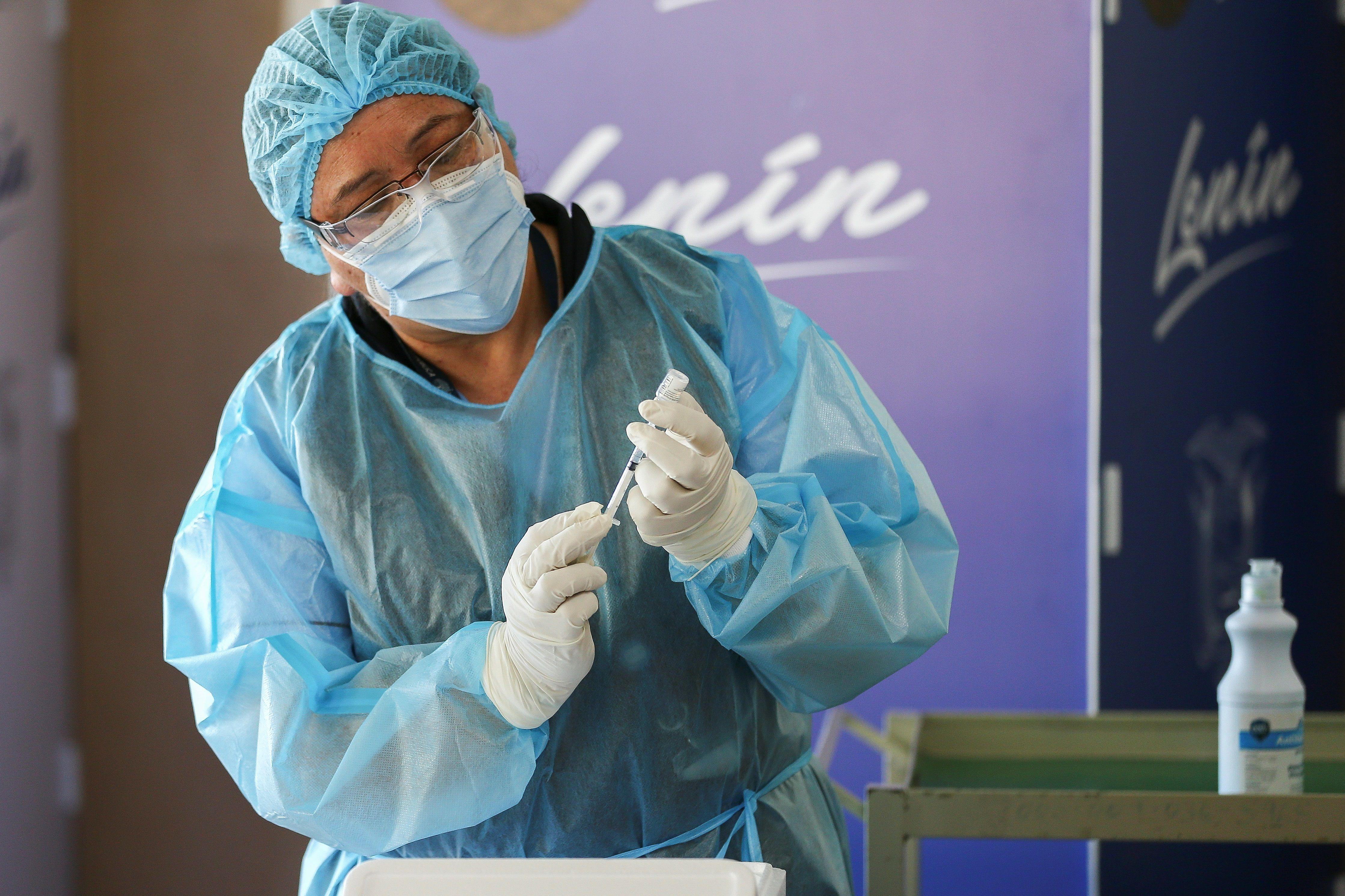 Personal médico del Hospital Centinela Pablo Arturo Suárez prepara una dosis de la vacuna contra el COVID-19 en Quito (Ecuador). EFE/ Jose Jacome/Archivo