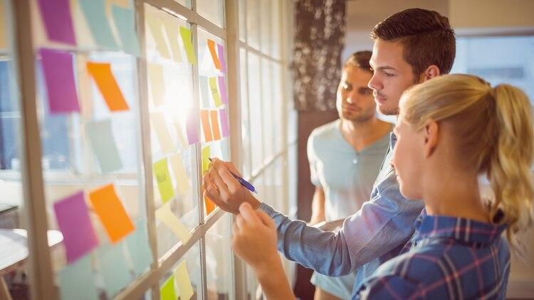 Las empresas están encontrando cada vez más difícil conseguir personal capacitado (Shutterstock)