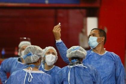 """""""Si cada uno va vacunando a diferentes personas en cada distrito es muy difícil"""", criticó Fernán Quirós (Reuters)"""