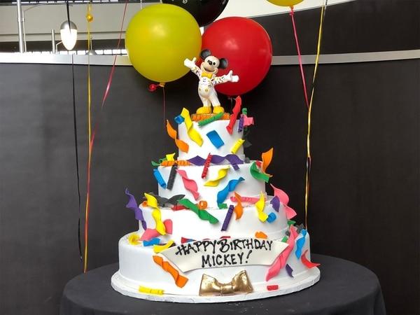 La segunda torta -y la más importante- de la celebración de su cumpleaños. Colorida y la más fotografiada por todos