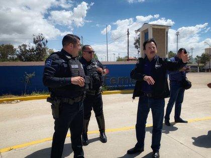 Gastélum, dando indicaciones a unos policías locales en Tijuana (Foto: Twitter @jmgastelumb)