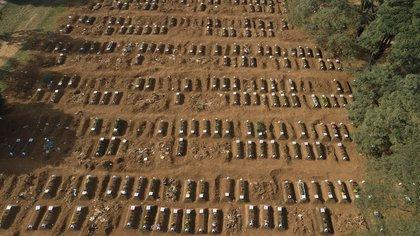 Tumbas abiertas en el cementerio de Vila Formosa durante la pandemia de coronavirus en Sao Paulo, Brasil, el jueves 30 de abril de 2020. (Foto AP/Andre Penner)