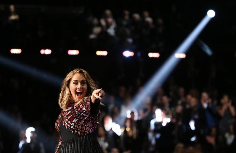 "Adele cantando ""Hello"" (REUTERS/Lucy Nicholson)"