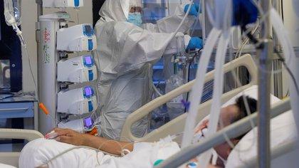 Una enfermera de la unidad de cuidados intensivos (UCI) del Hospital Morales Meseguer de Murcia, atiende a un paciente infectado con COVID 19. EFE/Marcial