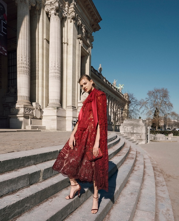 Un vestido con capa. Realizado en richelieu, la técnica la cual se identifica el diseñador peruano que