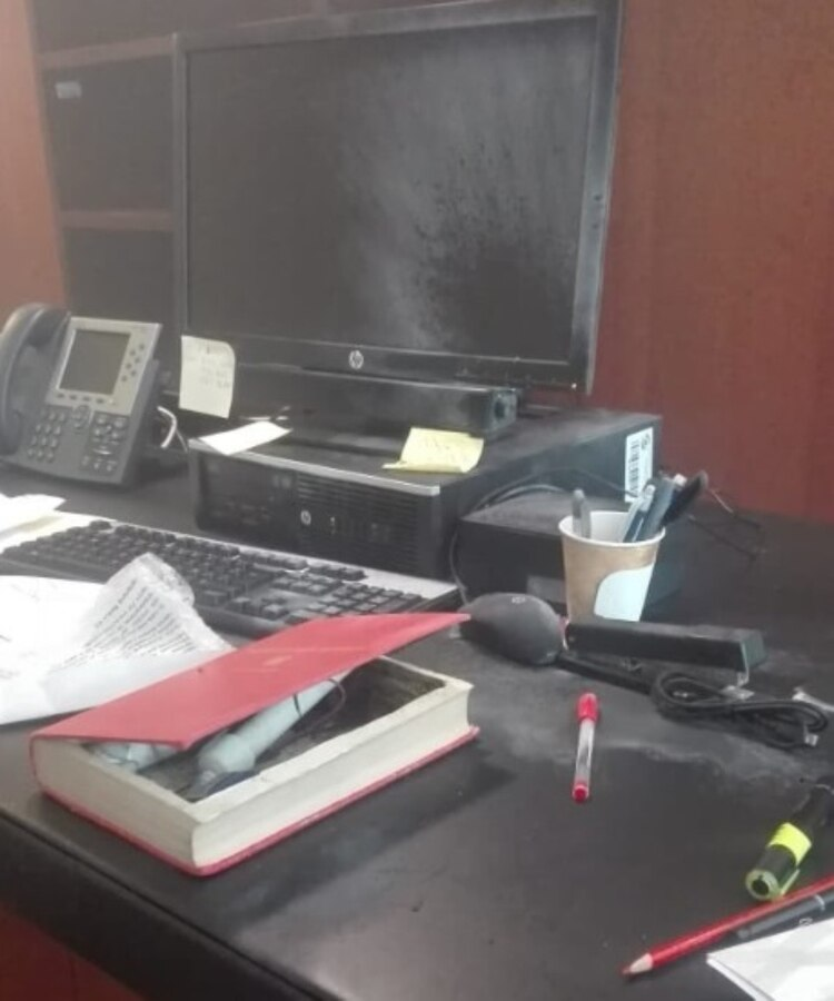 """El artefacto estalló al interior de la oficina de la senadora de Morena (Foto: Twitter- @danieloso)"""""""
