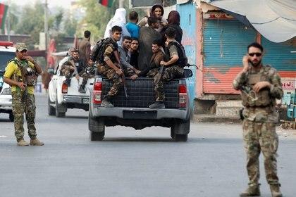 Las fuerzas de seguridad afganas transportan a prisioneros detenidos que escaparon de una cárcel después de que los insurgentes atacaron un complejo carcelario en Jalalabad, Afganistán .REUTERS/Parwiz