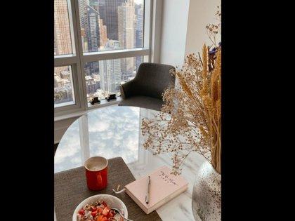 Los tonos claros y la luz natural forman parte de la ambientación de su departamento (Foto: Instagram @irinavaeba)