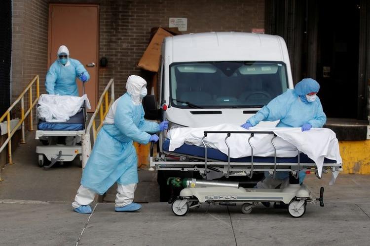 Trabajadores sanitarios mueven cuerpos de personas fallecidas del Centro Médico Wyckoff Heights durante el brote de coronavirus (COVID-19) en Nueva York. 2 de abr 2020. REUTERS/Brendan Mcdermid