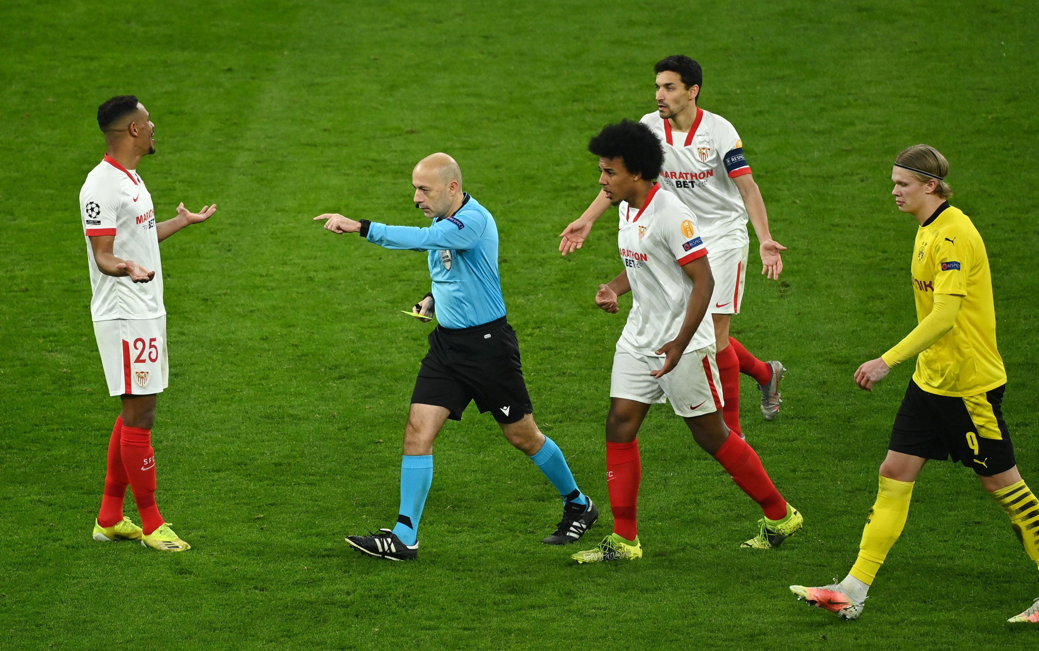 Una postal del cotejo en Dortmund: el reclamo de los jugadores del Sevilla ante el árbitro Cüneyt Çakir (REUTERS/Ina Fassbender).