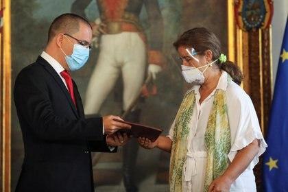 El canciller de Venezuela, Jorge Arreaza, entrega una carpeta a la embajadora de la Unión Europea en Venezuela, Isabel Brilhante Pedrosa, durante una reunión en la sede de la Cancillería en Caracas este miércoles (REUTERS/Manaure Quintero)